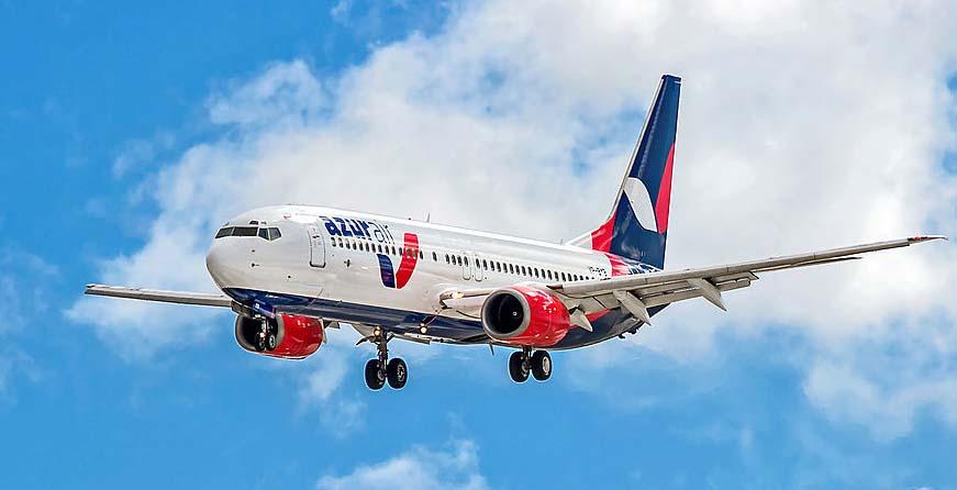 Самолет авиакомпании AZUR Air